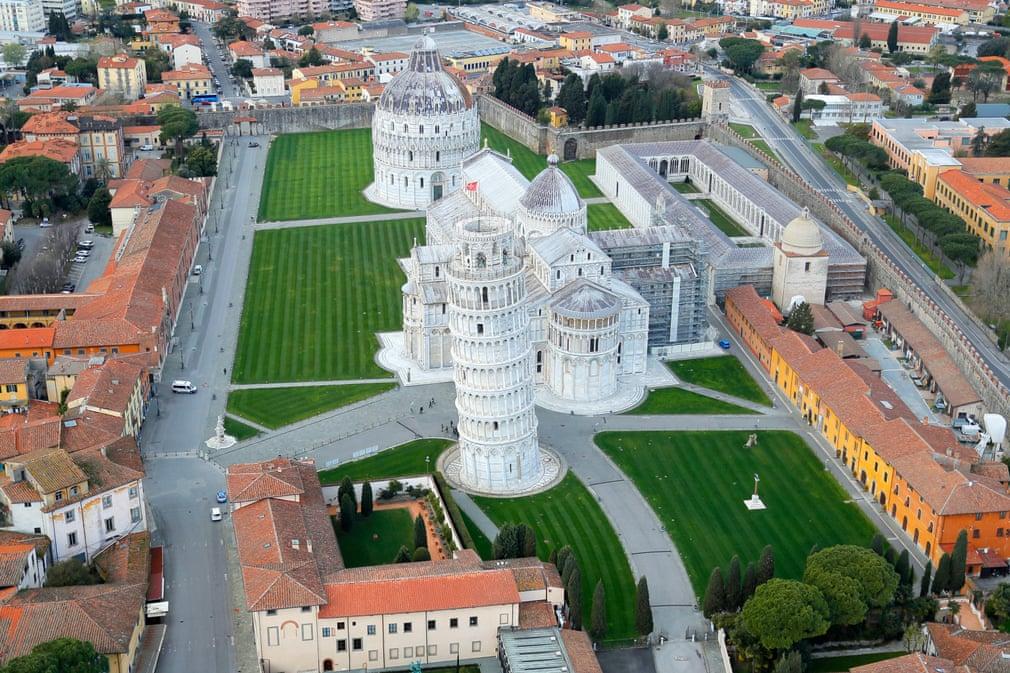 La deserta Piazza dei Miracoli di Pisa