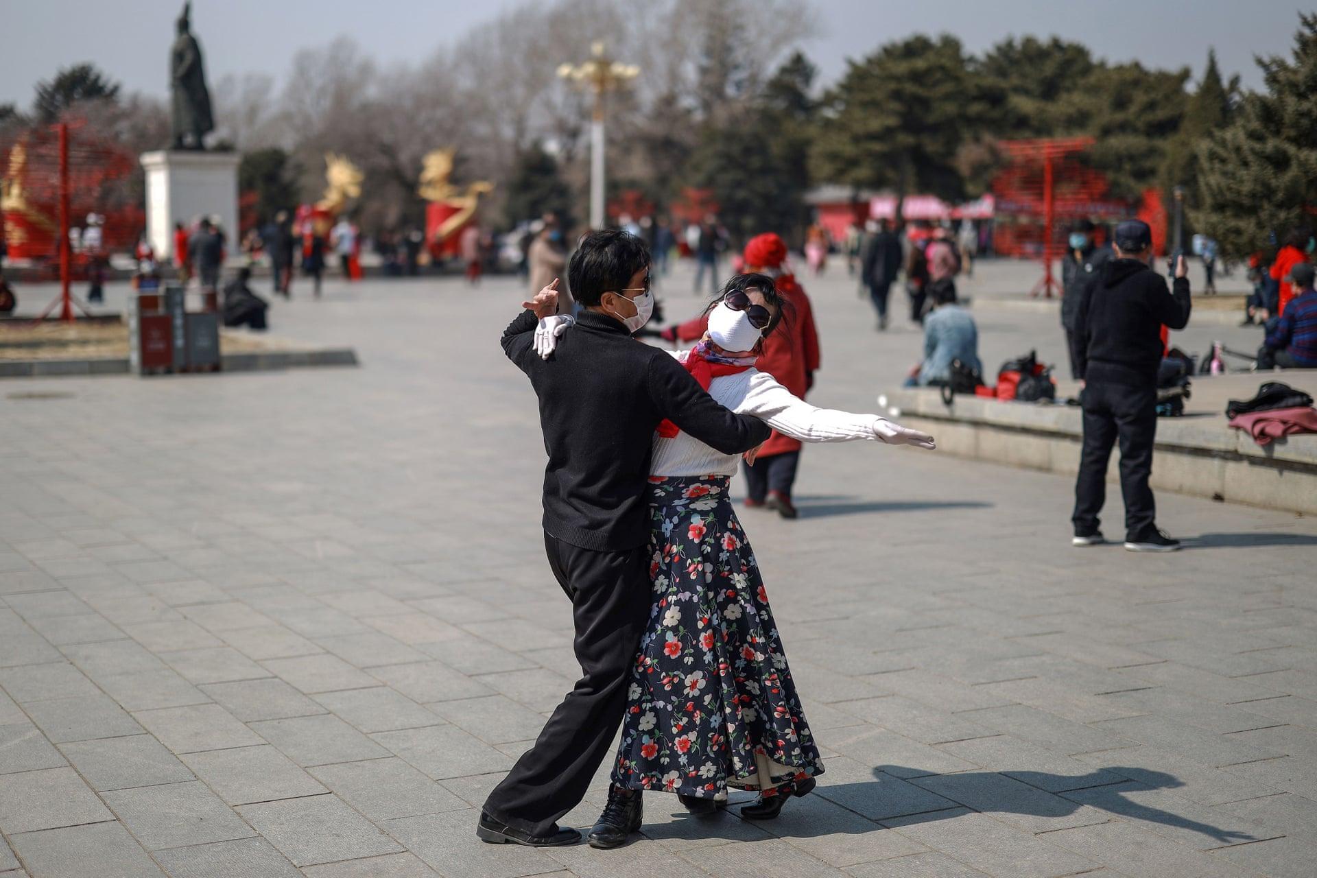 Una coppia balla in un parco in Cina