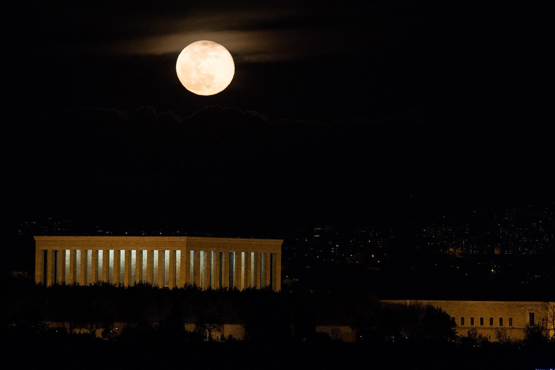 La super luna sorge sopra Anitkabir, il mausoleo del fondatore della Turchia, Mustafa Kemal Ataturk