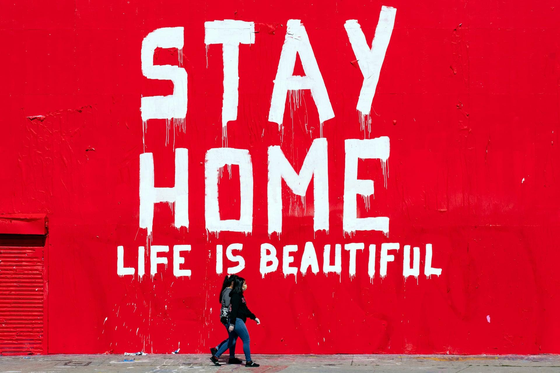 Una lettura murale 'Stay Home Life Is Beautiful' in mezzo alla pandemia di coronavirus